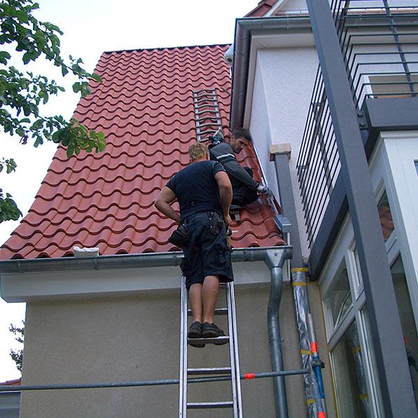 Dachrinnenreinigung - Dachsanierung und Dachreparaturen vom Dachziegel bis zur Dachrinne