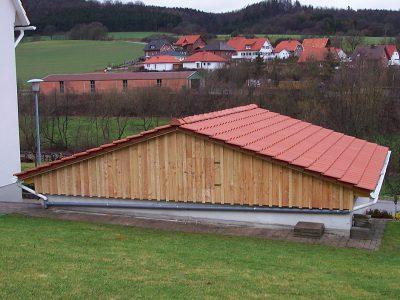 Framke Dachdecker: Garagensanierung mit Tonziegel und Lärchenschalung
